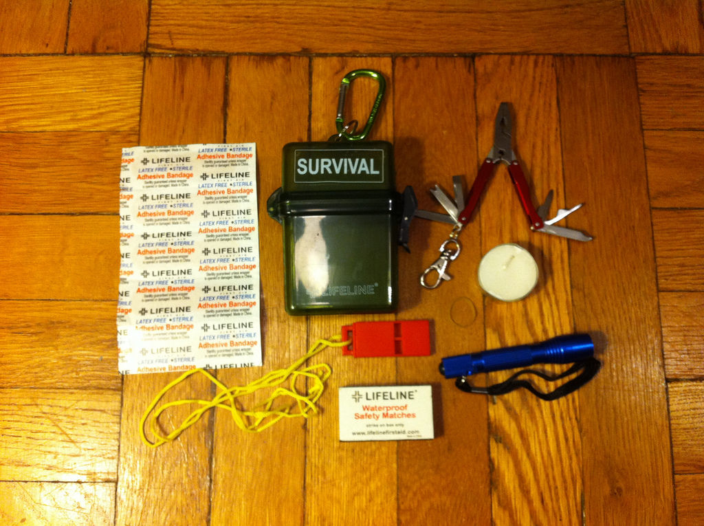 lifeline-weatherproof-survival-kit-01